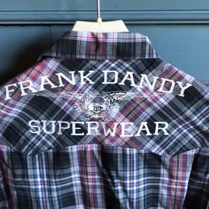 Kortärmad skjorta i skön bomullskvalitet. Skjortan har bara hängt i garderoben därav skrynkligasten. Knäppning är med tryckknappar. Köpare betalar frakt