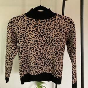 Fin stickad tröja med leopardmönster och polokrage. Den är i fint skick, bara använd ett fåtal gånger. Köpt från Asos. Köparen står för frakten🤎🤎🤎