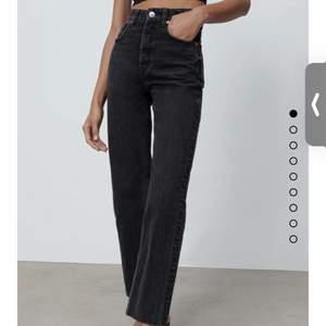 Säljer dessa svarta jeans från Zara. Nästan helt nya. Höga i midjan. Storlek 32❤️
