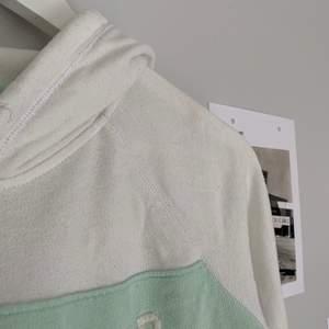 Hoodie perfekt i sommar om man vill ha en tunn långärmad. Tunn och luftig, ganska sparsamt använd, blivit lite nopprig av tvättar men inget som syns. 75kr +frakt och kan skicka postbevis!😇 Pris diskuterbart.