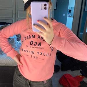 En rosa sweatshirt med tryck. Så himla fin men använder inte så mycket som den borde. Säljer för 125kr. Skriv vid frågor