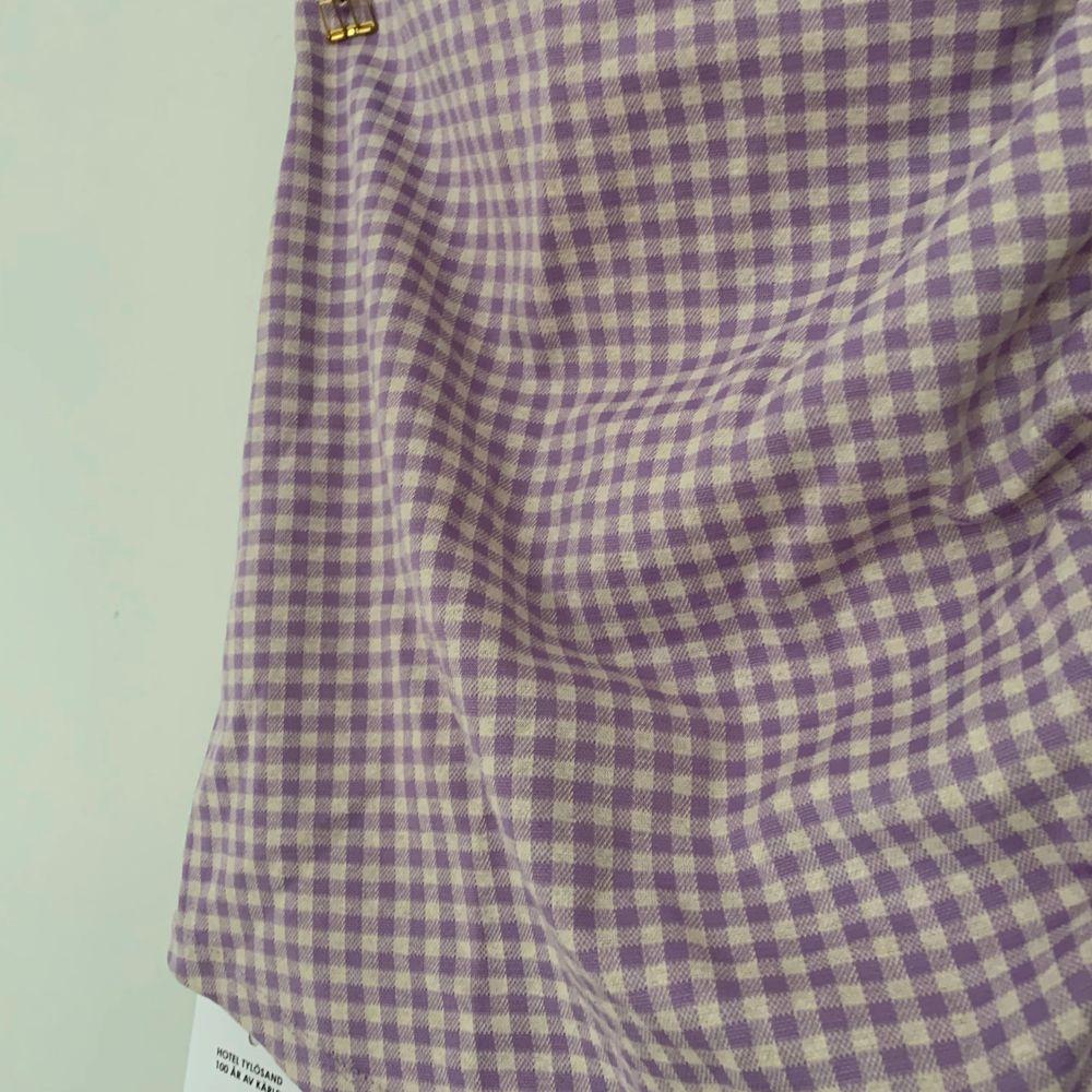 Tajt kjol jag klippt isär av en klänning, lite veckade detaljer på ena sidan. Varken klänningen eller kjolen använd. 50+frakt och kan skicka postbevis!😇 Pris diskuterbart.. Kjolar.