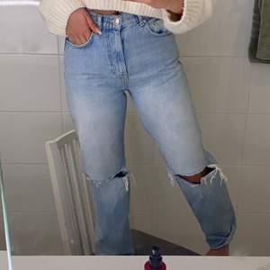snygga populära Gina Tricot jeans, säljs pågrund av att jag har 2, ny skick, har använt ca 3 gånger, köpta för 600, säljs för 250 men pris kan diskuteras.