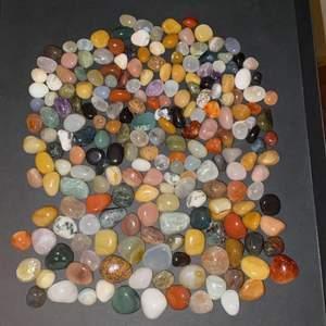 Säljer nu mina fina mindre stenar/kristaller i olika färger och former då de inte längre kommer till användning. Kan inte namn på alla men finns bland annat olika jaspisar, aventuriner, epidoter, silikat, onyxar, kvarts och agater i olika färger. De minsta säljs för 10kr styck, mellan för 15kr styck och de större för 20kr styck, bara att skriva hur många och vilka du vill köpa! Kan även fixa överraskningspaket 10st för 150kr, 20st för 250kr :) frakt 12-24kr. (har fler och ovanligare kristaller också om man skulle vara intresserad, men till ett högre pris)