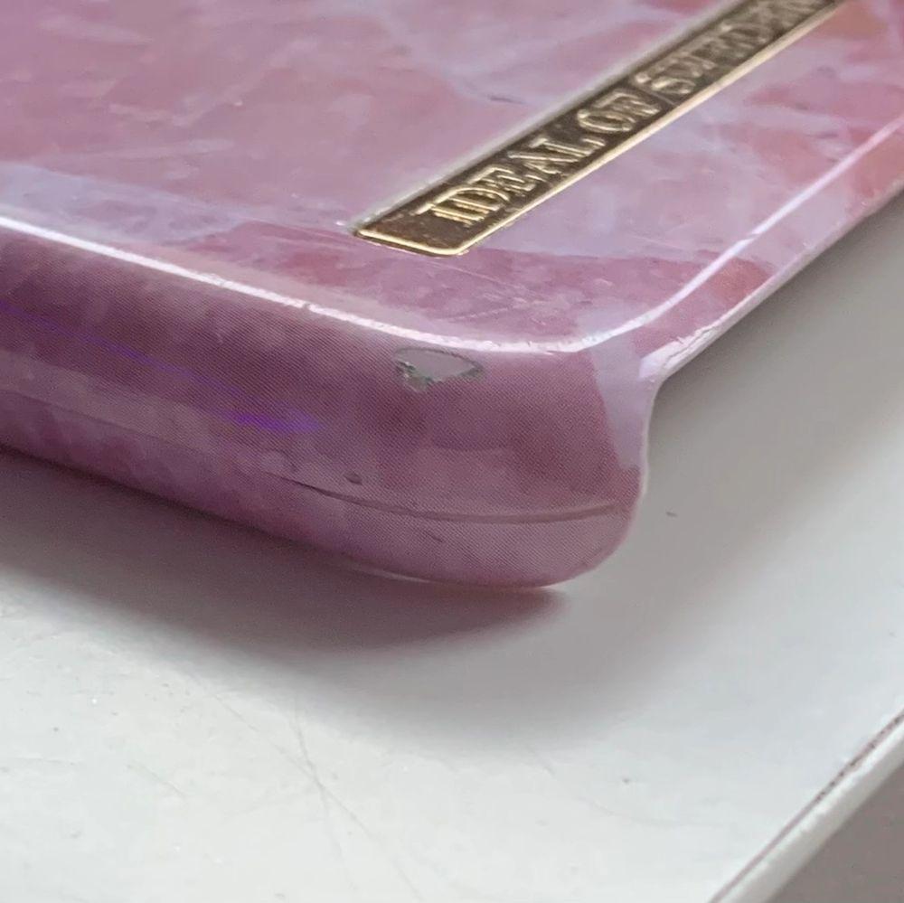 Ideal of sweden skal i rosa marmor. Väldigt fint och bra skick förutom att vid camera delen av skalet har det gått av men sitter på plats när man har på skalet på mobilen och skyddar! Skalet är runt 2 år gammalt.. Övrigt.