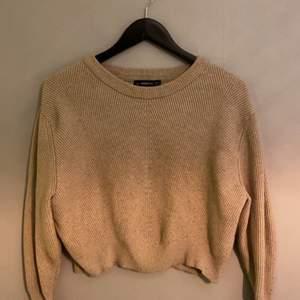 En brun jätte fin stickad tröja köpt på ZARA. Bra skick. Köparen står för frakt!