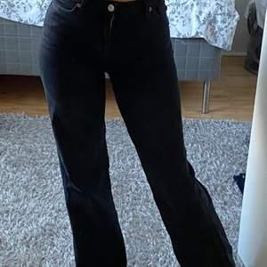 Ett par svarta monki jeans i modellen Yoko. Ej använde så mycket då de sitter för tight, de är lite urtvättade men fortfarande snygg! Skriv privat om man vill se hur färgen ser ut!💞