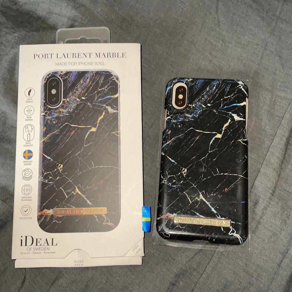 iPhone X/XS skal från ideal of Sweden i färgen port Laurent marble. Använd fåtal gånger. Som man ser på andra och tredje bilden har skalet tappat lite färg, därav de billigare priset! Däremot smälter det in ganska mycket med resten av skalet! Originalpris 299kr. Övrigt.