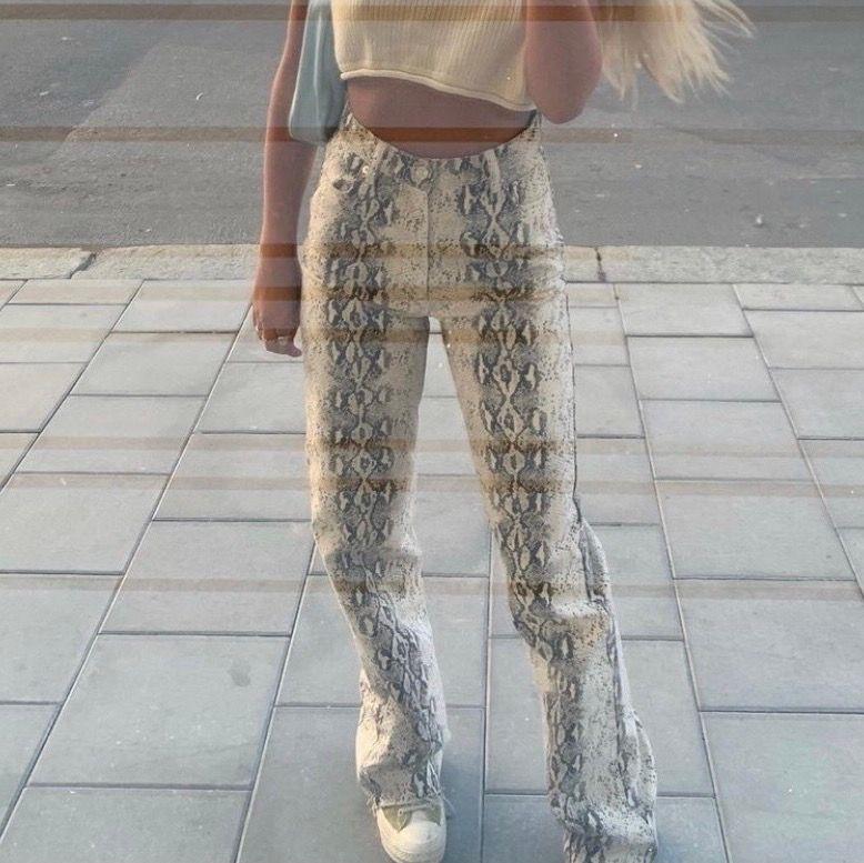 Super snygga snakejeans från ZARA (helt slutsålda)💗LÅNGA men de är den modellen som man klipper efter egen längd!! Kan skicka men köparen står för frakt😆 HÖGSTA BUD: 330 KÖP DIREKT: 420 (sålt mina 34:or men säljer mina nya 38:or men små i storleken så sitter 36:or mer). Jeans & Byxor.