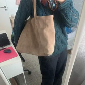 En jätte fin mocka väska som får plats med mycket! Köpt på mango