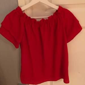 Röd blus som kan bäras off-shoulder eller på axlarna. Storlek 38 köpt från zalando.