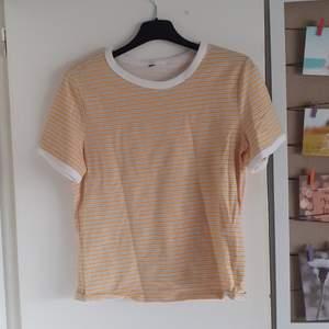 En gul randig T-shirt som är köpt från HM men inte kommer till användning❤