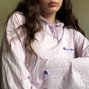 Champion-hoodie i en unik oversize-crop-modell och unik ljusrosa färg köpt på Weekday för längesen!🌸 Perfekt för sommaren då den är tunn och luftig👌🏼 jag älskar den men måste göra mig av med kläder :/