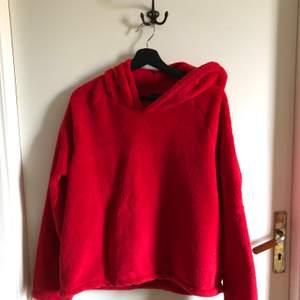 Jättemysig röd fleecehoodie från Gina tricot i strl L. Sitter som en oversized hoodie i strl S/M. Köparen står för frakten