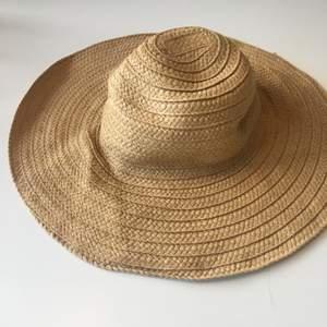 """Somrig hatt att bära till stranden eller bara en solig dag i stan! Stråhatt-modell men mjukare och lite """"svajig"""" i kvaliteten."""