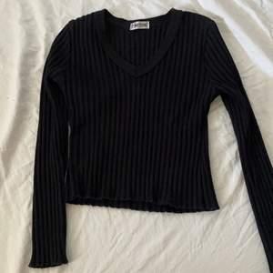 Tvär najs rubbad funky diva tröja som är lite croppad typ, sitter strax under naveln. Långa ärmar o ser clean ut