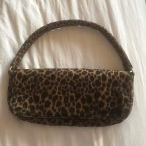 Så snygg baguette väska med leopard print!🐆
