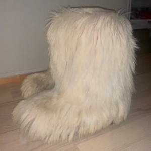 Säljer min mammas as coola vintage pälsskor i från nått italienskt märke.Lite slitna men frf as snygga Dom går inte och köpa länge. Skorna är i storlek38-39, men skulle säga att dom passar 37-kns 40. Skorna är ca 40cm höga alltså typ samma höjd som moonboots, slutar alltså lite under knäna. Skriv vid intresse!