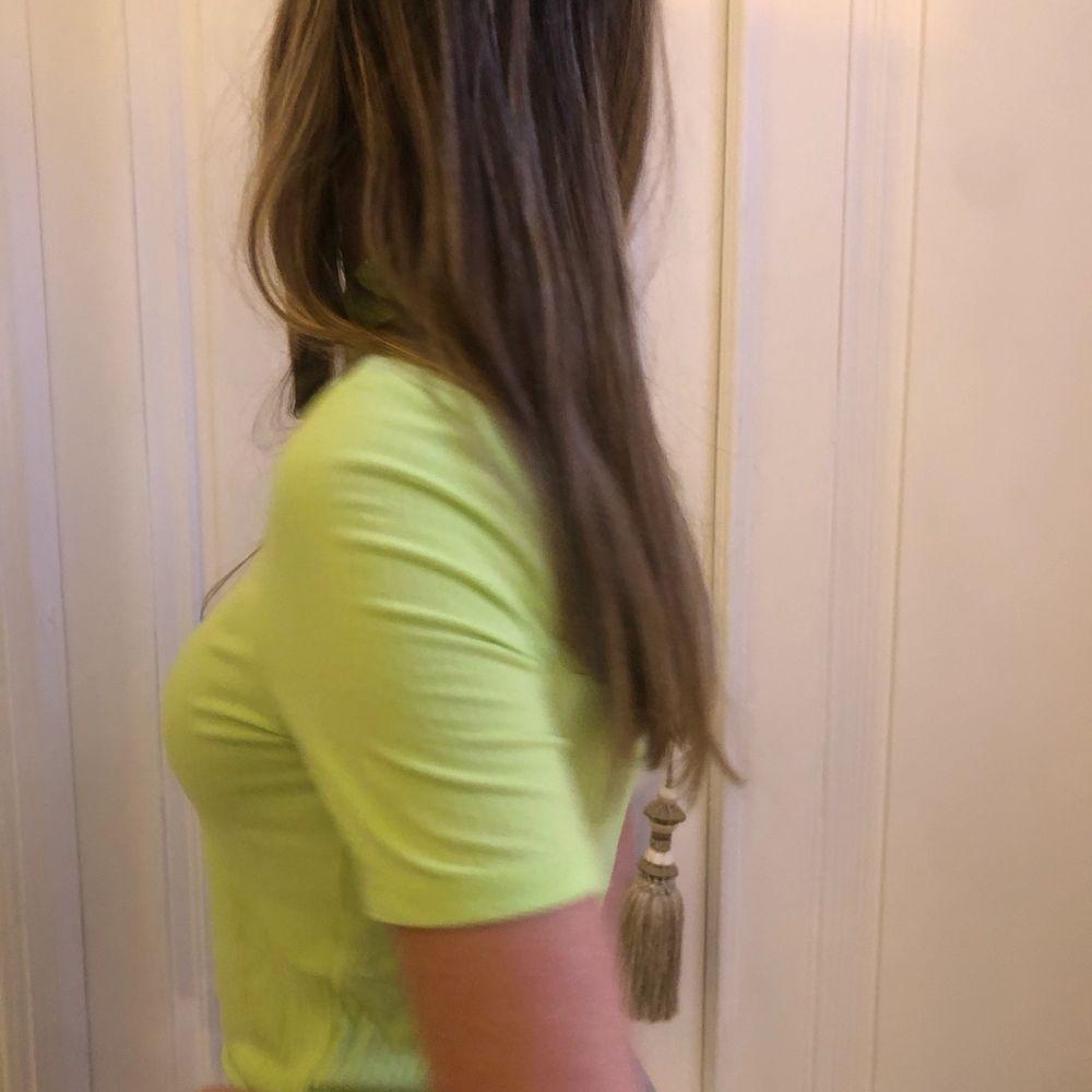 Söt pastel grön T-shirt perfekt till sommaren eller som party top💕. T-shirts.