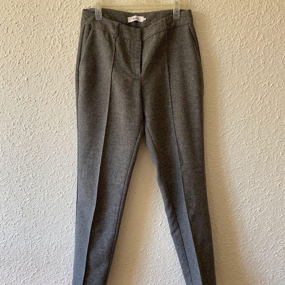 Storlek S, köpta för 1500kr, oanvända . Jeans & Byxor.