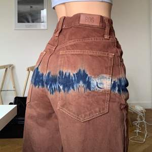 Balla Bruna/blå jeans med tie dye detaljer !! Vida ben och hög midja. I jättebra skick, använda två ggr! Jag på bilden är 1,60 :)