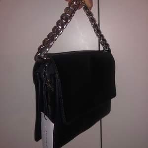 Ivy Revel väska! Köpt för 1000kr säljer för 200kr, aldrig använd med prislappen kvar. Medföljer även ett svart band med päls💓 står ej för frakt