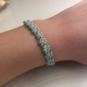 Tar nu emot beställningar på Blom armband. Om ni vill köpa skriv önskad färg ni kan kolla i mitt tidigare ring inlägg och så ser ni färger. Pris: 45kr för ett armband + frakt tillkommer.