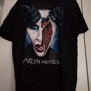 Merch/ T-shirt med Marilyn Manson. Trycket är fint och inte slitet. True to size!