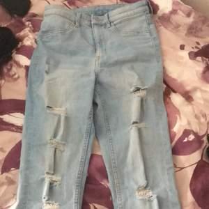 Ljus blåa jeans med hål i som är i storlek 36. Jag säljer dom för att jag har bara använt dom en gång ny skick alltså. Säljer dom för 60kr + frakt 40