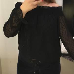 Denna tröjan/ blusen köpte jag på hm ca 4 årsen. Den har användts flertal gånger men är i väldigt bra skick. Kanten som går över axlarna är väldigt stretchig så man kan ha den offshoulder eller längre upp om man vill . Det är svart meshtyg med små svarta prickar/tussar med ett svart tyg under, förutom på ärmarna. Nere vid ärmens ände finns en liten snörning.