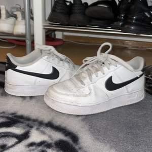 Säljer nu dessa superfina Nike air force 1 skor! Dem kommer i bra skick och är inte så använda. Säljer flera Nike skor det är bara att gå in på min profil för billigare Nike skor (finns Nike skor för 400kr)