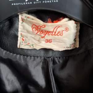 Säljer nu min skinnjacka då den inte passar mig. Skit snygg jacka men superfina detaljer. Pris kan diskuteras.