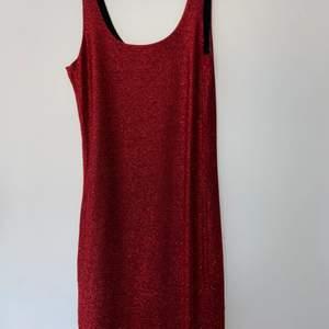 Kort glittrig röd festklänning storlek XS/S