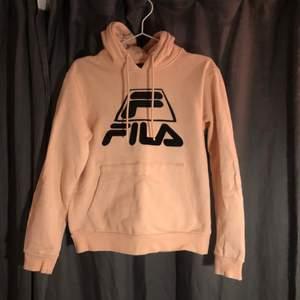 Aprikos/ ljus rosa hoodie från fila i bra skick, inte nopprig