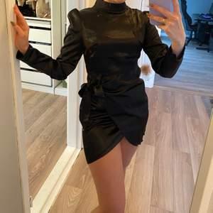 Svart klänning i siden stl XS. Helt oanvänd.