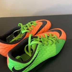 Fotbollsskor från Nike till barn, i strl 34 :)