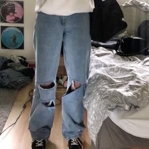 As balla ljusa vida jeans med flertals hål på knäna köpta från boohoo, köpta för ca 400kr, knappt använda och därav jättebra skick, säljer då jag har för många liknande!💗 pris kan diskuteras vid snabbt köp!
