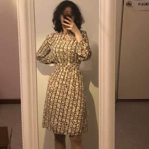 Ny klänning med prislapp! Original pris 249:- OBS den är i storlek 38 och jag på bild är storlek 34, därför håller jag om midjan ^^