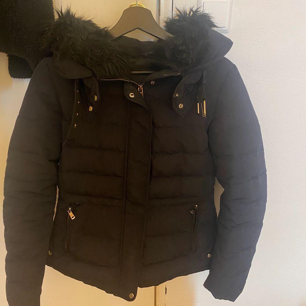 En svart Zara jacka i storlek M men passar bra för S, ett litet hål nere vid fickan men det syns knappt och de gör ingen skada vid dragkedjan!                                                                Pris: 350kr eller bud. Jackor.