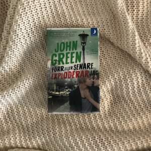 """Säljer den populära boken """"Förr eller senare exploderar jag"""" av John Green då jag råkade beställa två. Helt i nyskick🤩"""