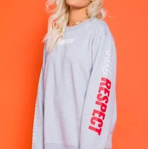 En grå sweatshirt i god kvalité ur Lisa Anckarmans kollektion med Madlady. Alla bilder är tagna från Madlady.se