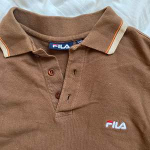 Retro fila pikétisha som blivit croppad, så jäkla snygg älskar denna tröja och vill bara sälja för ett riktigt bra pris! Kom med bud!!🌻🤎🤎