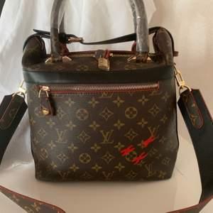 snygg nya modellen Louis Vuitton väska   axel och hand väldigt snygga detaljer   en kanon bra kopia        550kr styck   hämtas  kan frakta spårbar 66kr köparen betalar
