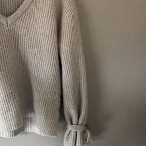en grå stickad tröja från NA-KD X linn ahlborg, köpt från plick men aldrig använd💗 XS men väldigt stor i storlek så mer som en M💗 100kr+FRAKT