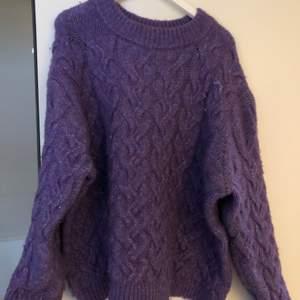 En lila stickad SUPER skön tröja från Zara. Jätte varm & skön. Använd fåtal gånger. Antingen möts jag upp i Stockholm eller fraktar, frakten kan bli dyr då tröjan är ganska tjock och tar mycket plats i ett paket.