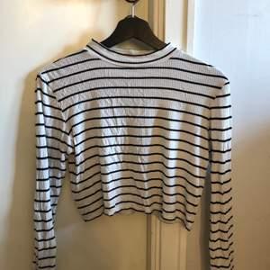 Svartvit-randig tröja som passar att ha under oversized t-shirts!