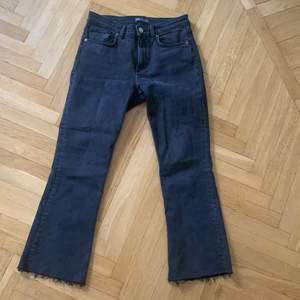 Snygga jeans som är tajta och ganska korta och avklippta där nere