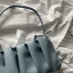 Intressekoll på en superfin blå väska som tyvärr aldrig kommit till användning 💙 det finns flera band så man väljer hur man vill att den ska sitta, säljer vid bra bud