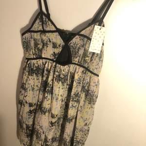 Mönstrad klänning oanvänd med tags kvar, strl M säljer då den inte kommit till användning ☺️ köparen står för frakt 💕