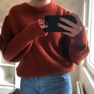 Orange-röd stickad tröja från gina tricot. Aldrig använd, så i nyskick. Frakt tillkommer, men priset går att diskuteras ✨